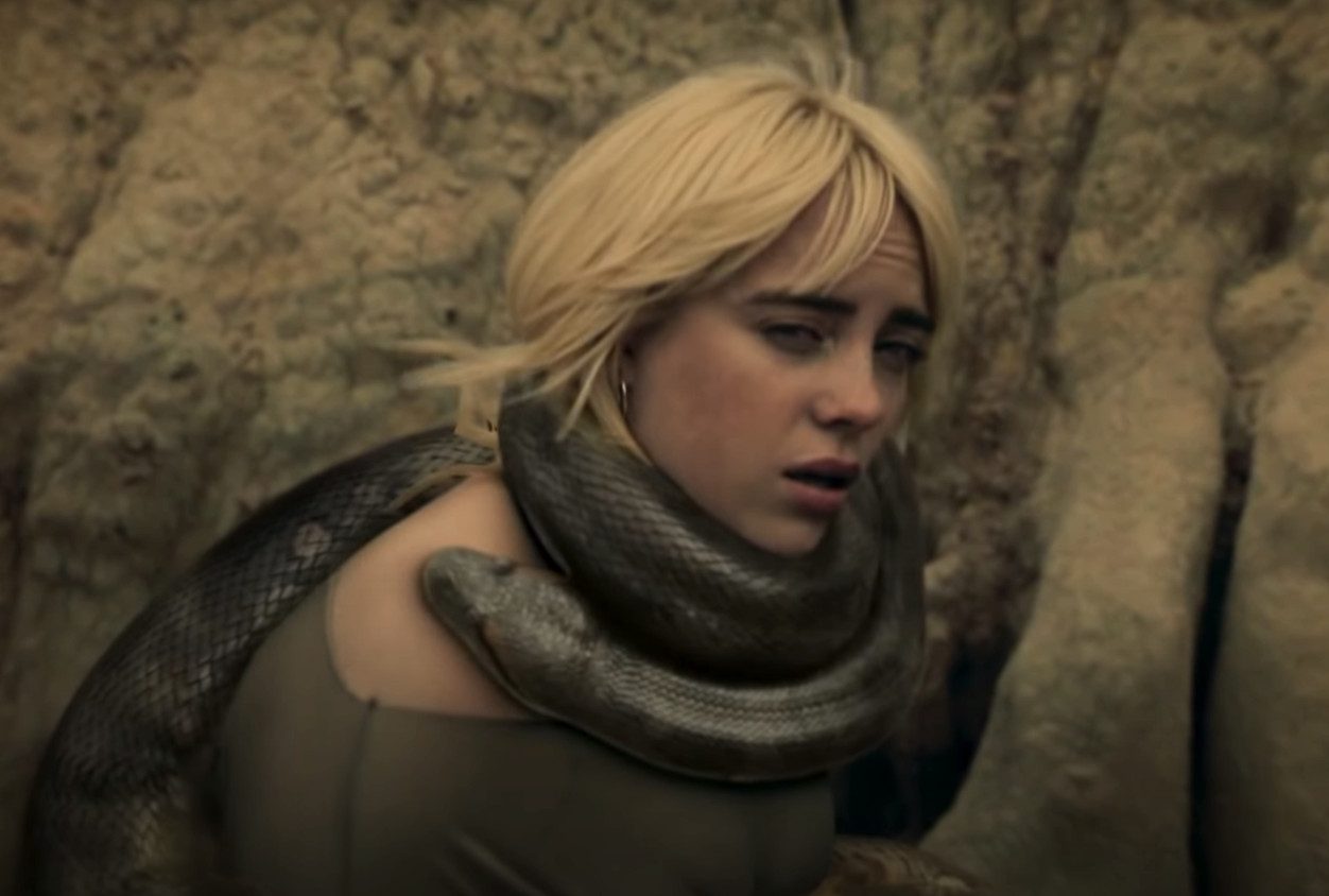 In de clip wikkelt een enorme anaconda zich om de nek van Billie Eilish.