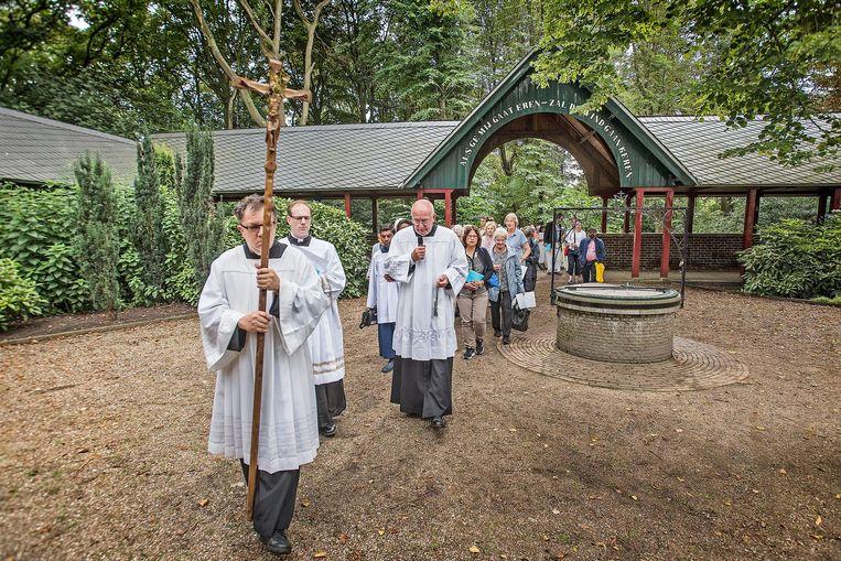 Via een wandeling door het Kapelbos bezoeken de belangstellenden de heilige Runxput. Beeld null