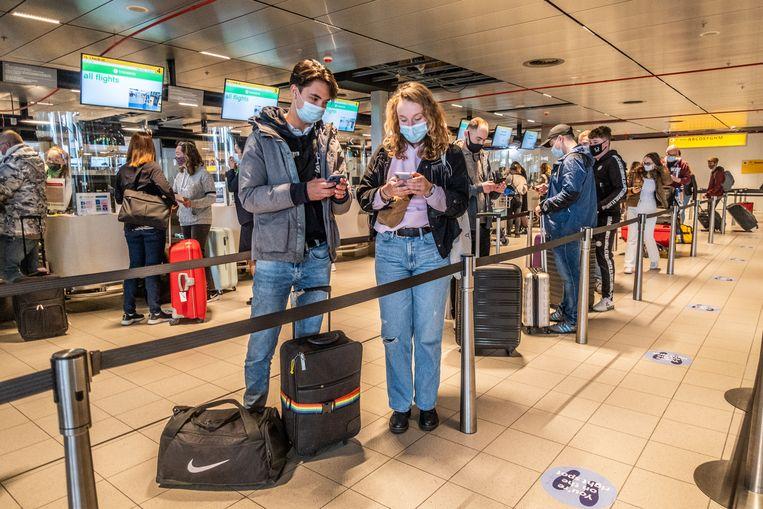 Vanaf Schiphol vertrekken 189 vakantiegangers naar Rhodos voor een testvakantie. Doel is om te kijken of een testprotocol het mogelijk maakt om ondanks de coronapandemie te reizen. Beeld Joris van Gennip
