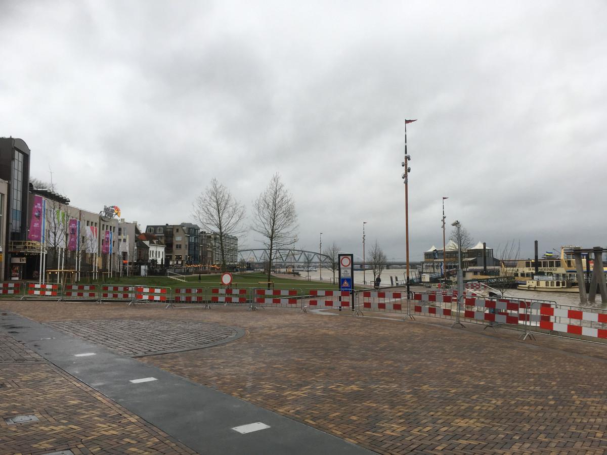 De Waalkade in Nijmegen is vanwege het hoge water afgesloten voor het verkeer.