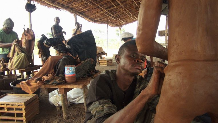 Martens moedigt in Congo mensen aan om zelfportretten in klei te maken. Beeld IHA