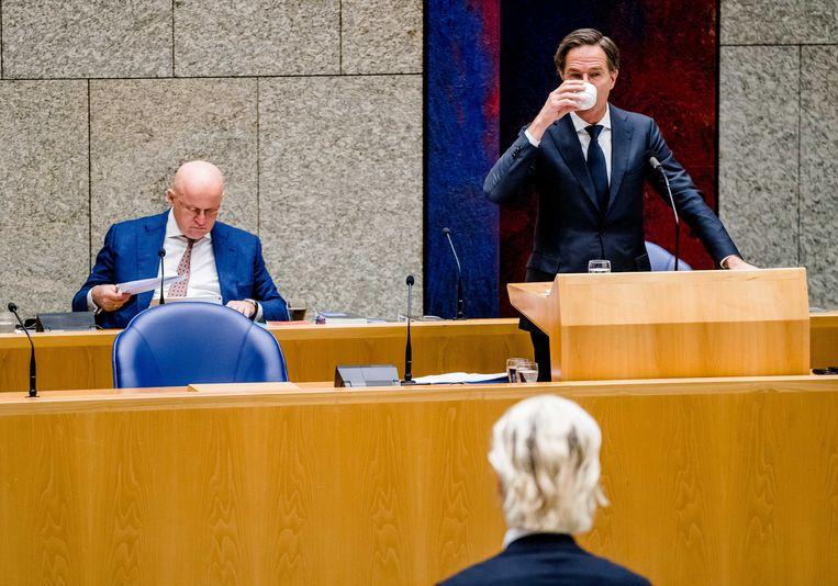 Demissionair Minister Ferdinand Grapperhaus van Justitie en Veiligheid (CDA), Demissionair premier Mark Rutte en Geert Wilders (PVV) tijdens het debat over de aangekondigde verlenging van de avondklok.  Beeld ANP