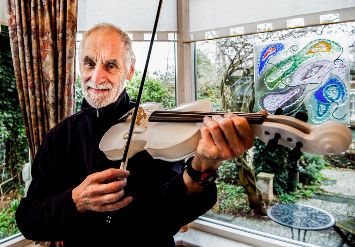 Pieter van der Velden met zijn stenen, bijna drie kilo wegende viool.