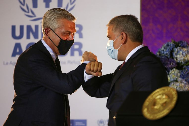 De begroeting tussen de Colombiaanse president Ivan Duque (rechts) en VN-Commissaris voor de Vluchtelingen, Filippo Grandi. Beeld REUTERS