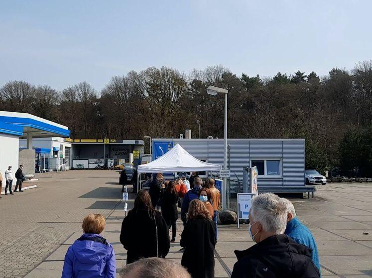 Nederlanders in de rij voor sneltesten in Duitsland