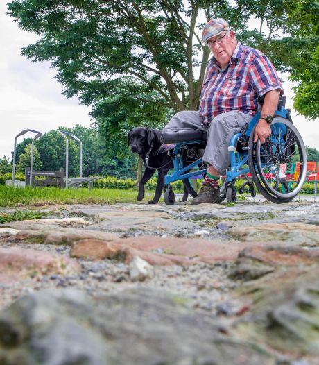 Eerste oefenpark in Nederland voor rolstoelers en rollatorgebruikers in Zeewolde: hoe kom je met je rolstoel over een grindpad?