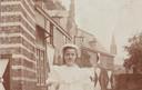 Emelie Wesselman in haar jonge jaren bij haar huis, Kasteel Helmond.