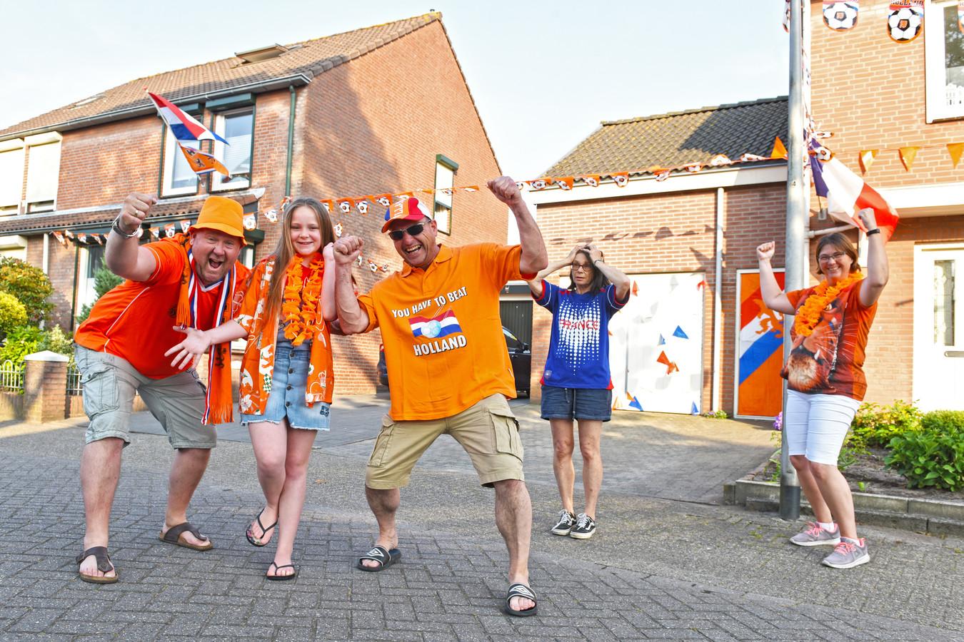 hUIJBERGEN, Pix4Profs / Casper van Aggelen, Van links naar rechts: Wilco en Joëlle van Thillo, Leon van Agtmael en zijn franse vrouw Ghislaine en buurvrouw Leonie Schlössels juichen alvast in de Buntven van Huijbergen.