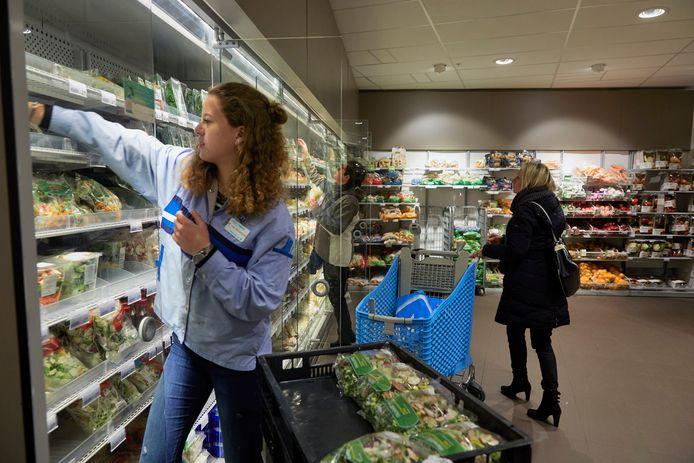 De salarissen in de top van de sector handel waren vorig jaar 11,2 keer hoger dan die van gewone werknemers. Dat wordt deels verklaard door het hoge aantal werknemers bij bijvoorbeeld supermarkten die dit werk parttime als bijbaan doen.