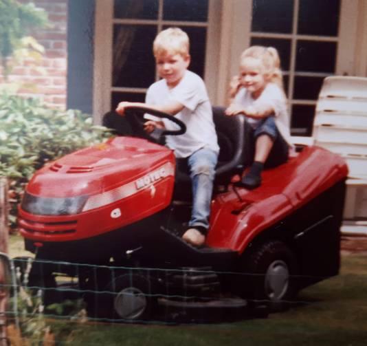 Als kind zaten Tom en Silke al graag op de grasmaaier, weet een campinggast zich te herinneren.