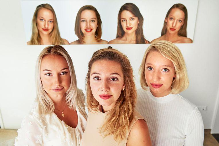 Zussen Rachel (midden), Marloes (links) en Laura (rechts) voor een dierbare fotocollage.  Beeld Van Assendelft Fotografie