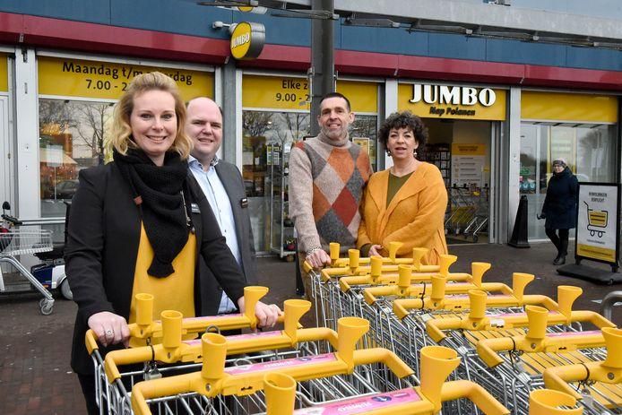 Links de nieuwe eigenaren van de Jumbo in Snel & Polanen: Priscilla en Jurgen Langerak. Rechts de vertrokken Piet en Paula Nap.