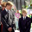 Prins William werpt een bezorgde blik op zijn jongere broer tijdens de begrafenis van hun moeder.