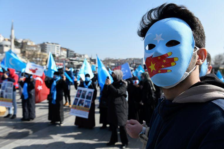 Ook in Istanboel kwamen mensen op straat om te protesteren tegen de onderdrukking van Oeigoeren in China. Beeld AP
