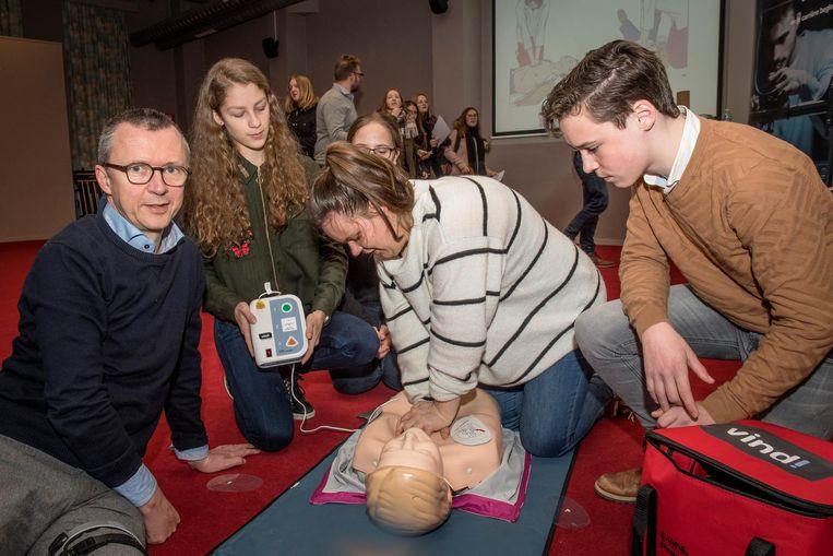 Dokter Willem Stockman laat leerlingen van Klein Seminarie hartmassage oefenen.