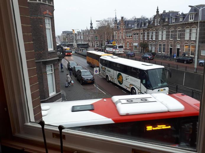 Het verkeer loopt vast als er te veel bussen over de Koningsweg gaan, en dan vooral rondom de ovonde op het Julianaplein.