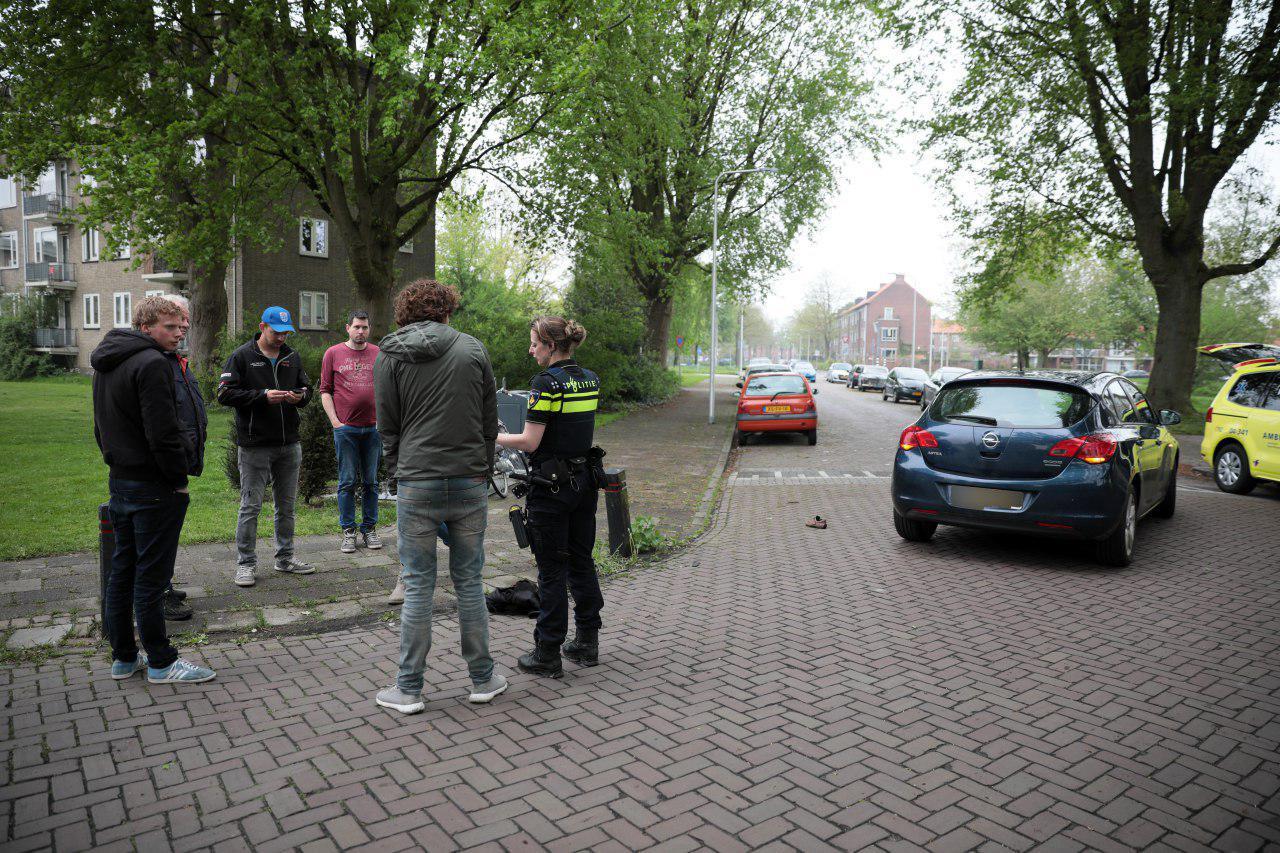 De politie vraagt getuigen of ze gezien hebben wat er gebeurd is.