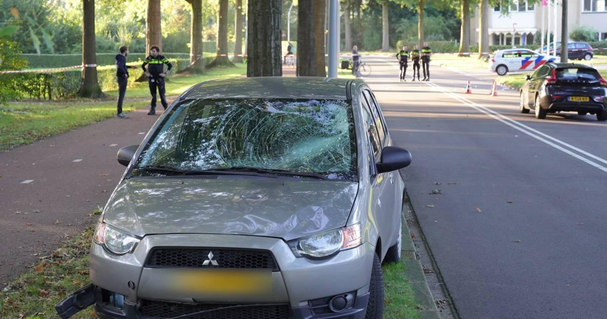 Fietsster ernstig gewond door botsing met auto in Wijchen, traumahelikopter landt.