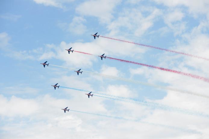 De Patrouille de France in strakke formatie, mét de kleuren van de Franse vlag.