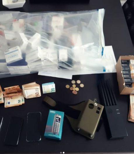 Politie stuit bij onderzoek op 13 kilo hennep en een 'halve apotheek aan medicatie'