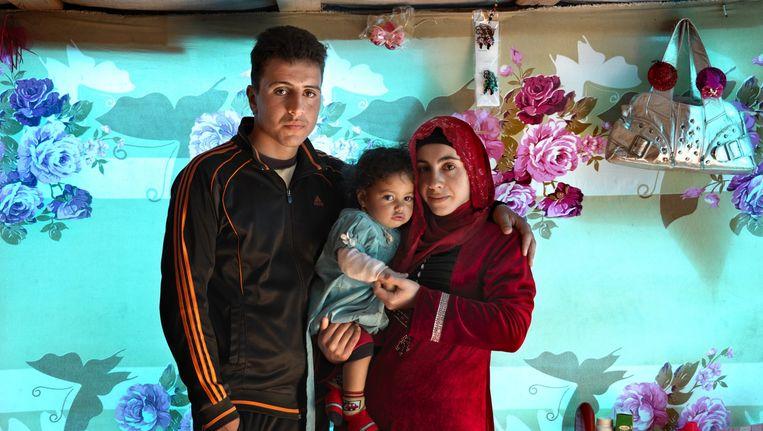 Marieke van der Velden fotografeerde Syrische vluchtelingen in Libanon. Affaf Mohamad met haar dochter Rima en echtgenoot Jassem. Beeld Marieke van der Velden