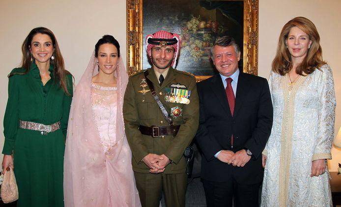 Van links naar rechts: koningin Rania, prinses Basma Otoum (vrouw van prins Hamzah bin Hussein),  prins Hamzah bin Hussein, koning Abdullah en koningin Noor (de moeder van Hamzah).