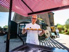 Tv-kok Rudolph van 24Kitchen bakt Sallandse lekkernijen bij Olster molen: 'Dit is toch prachtig zo?'