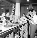De familie Richters bij hotel de Post aan de Gronausestraat. Datum onbekend. Foto uit het boek Nou vooruit, nog eentje dan van de Historische Kring Glanerbrug.
