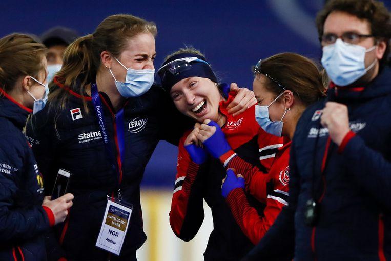 De Noorse Ragne Wiklund wordt gefeliciteerd met haar onverwachte wereldtitel op de 1.500 meter. Beeld AP