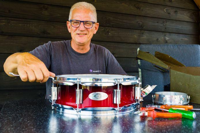Arno van Oversteeg repareert vaak instrumenten van de muziekvereniging.