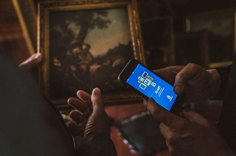 Via de ID-Art app van Interpol kunnen kopers en verkopers van kunst met één foto checken of een werk als gestolen geregistreerd staat. Beeld Interpol