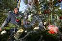 Henk Schlief bij de boom in het Wehlse bos die hij samen met zijn Riet zou versieren.