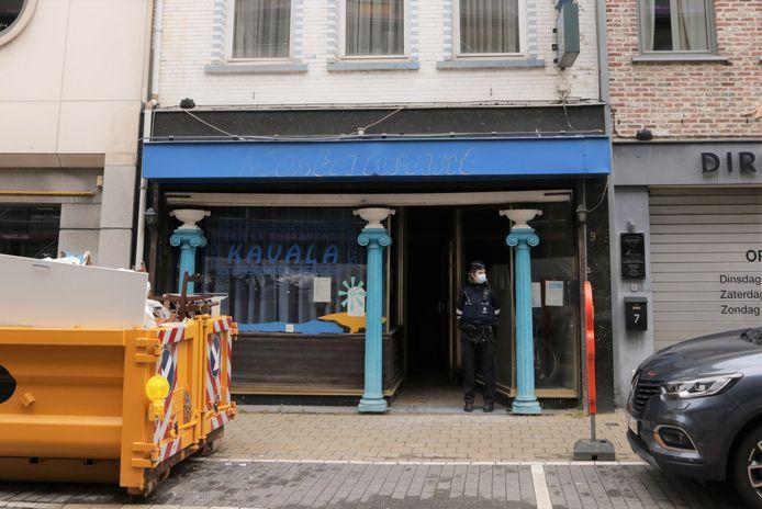 De eerste plantage werd aangetroffen op de bovenverdieping van een leegstaand Grieks restaurant dat momenteel verbouwd wordt.