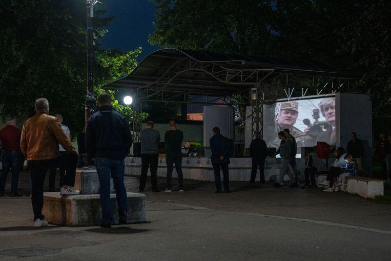 De lokale bevolking in het dorp Bratunac, vlak bij Srebrenica, kijkt maandag naar een documentaire over Mladic. Beeld AP