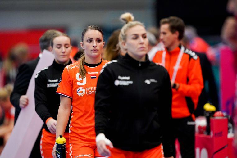 De Nederlandse handbalsters druipen af na de nederlaag tegen Kroatië (27-25). Beeld BSR Agency