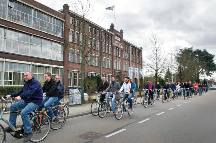 De dorpsas ter hoogte van de Gazellefabriek op een archieffoto. Door een betere inrichting kan deze verbinding prettiger worden voor fietsers en voetgangers.