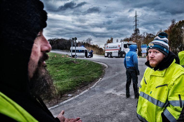 """""""De solidariteit is enorm"""", zeggen de actievoerders. """"Zelfs de chauffeurs van de tankwagens steken hun duim op.""""  Beeld Tim Dirven"""