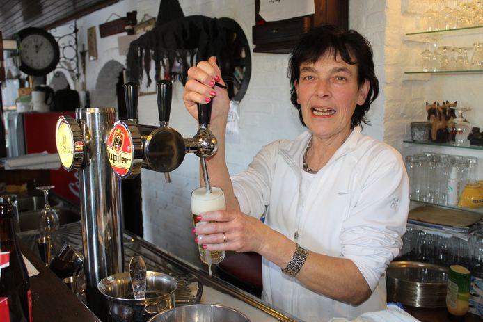 Bernadette Claeys, vorig jaar achter de tap van café Den Hoorn in Zomergem.