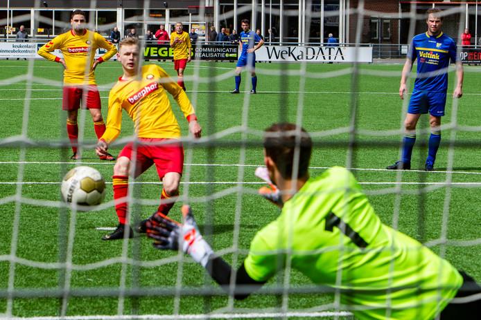 Rohda Raalte (geel) haalde de bekerfinale door Vroomshoopse Boys te kloppen en speelt de eindstrijd tegen Duno op eigen veld.