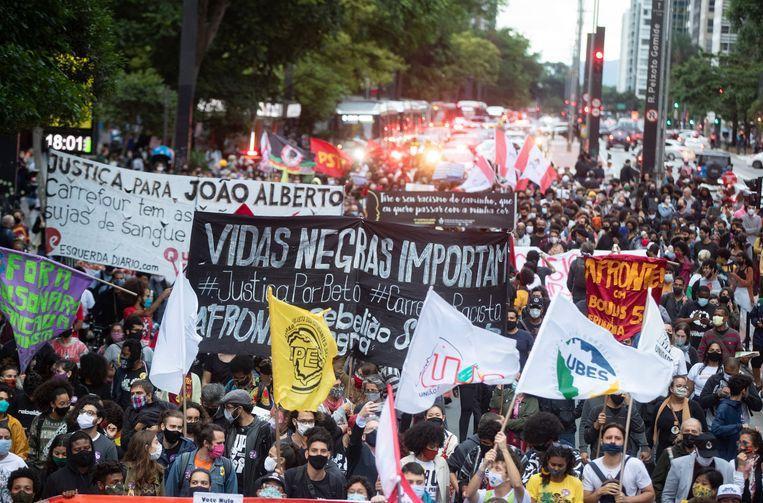 Betogers in de Braziliaanse stad São Paulo protesteren tegen de gewelddadige dood van een zwarte man donderdag in Porto Alegre. Beeld AP
