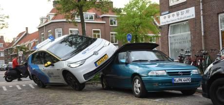 Bizar ongeval in Utrecht: lesauto belandt op dak geparkeerde auto