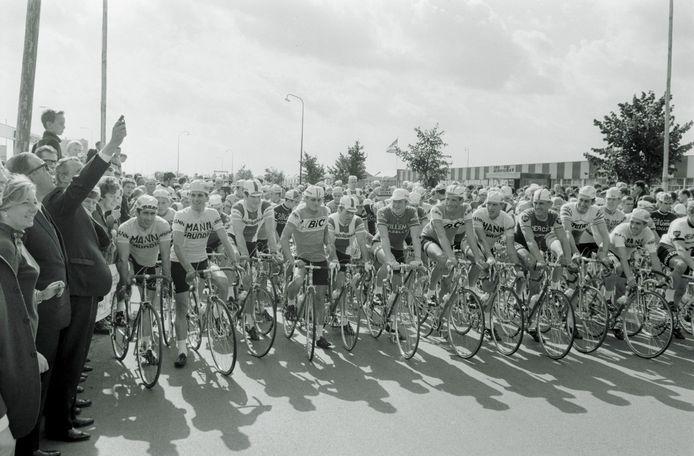 De Helmondse burgemeester Jacques Geukers geeft in 1968 het startschot voor de Amstel Gold Race