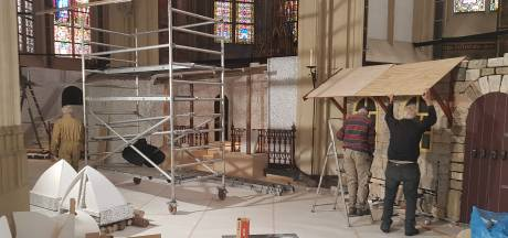 Best lastig: een kerststal bouwen in de Sint-Jan op 1,5 meter afstand