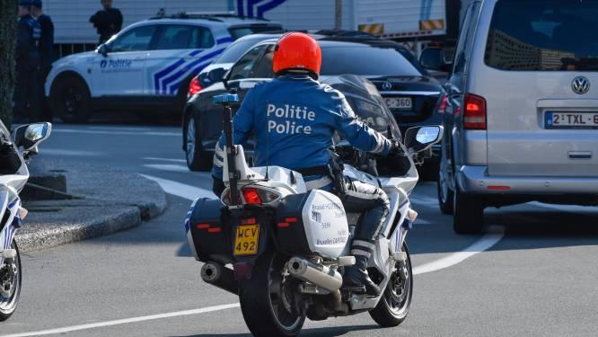 """Bestuurster maakt tal van overtredingen voor ogen van politie en vraagt nadien nog escorte: """"Zoontje moet dringend naar crèche"""""""