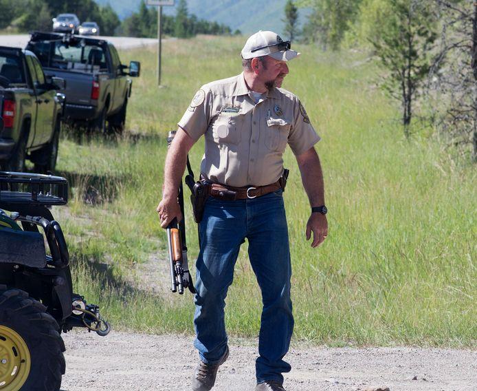 Een FWP-jachtopziener tijdens de jacht op een grizzlybeer die eind juni 2016 een boswachter doodde. Het slachtoffer was buiten dienst aan het fietsen op een populair padennetwerk in de buurt van West Glacier toen de beer hem aanviel.
