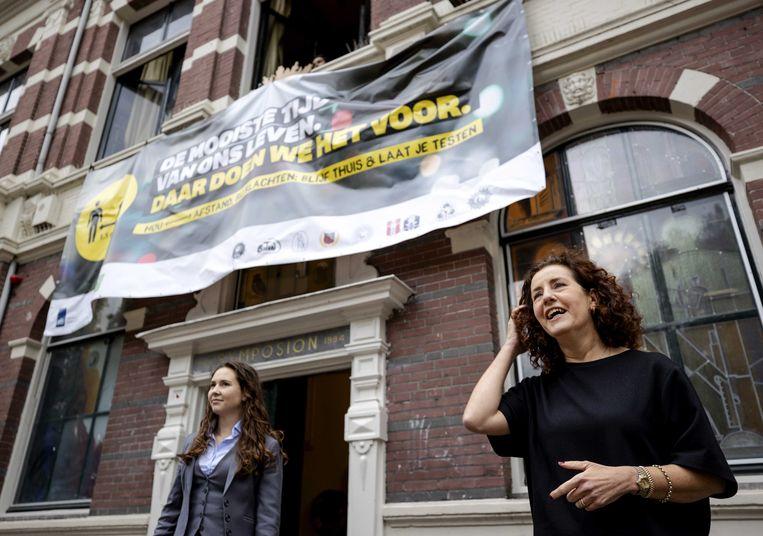 Minister Ingrid van Engelshoven van Onderwijs met LKvV-praeses Denise van de Sant tijdens de lancering van de bewustwordingscampagne rond corona onder studenten.  Beeld ANP/Robin van Lonkhuijsen