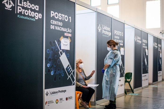 Een vrouw wacht op haar prik in het vaccinatiecentrum in Lissabon.
