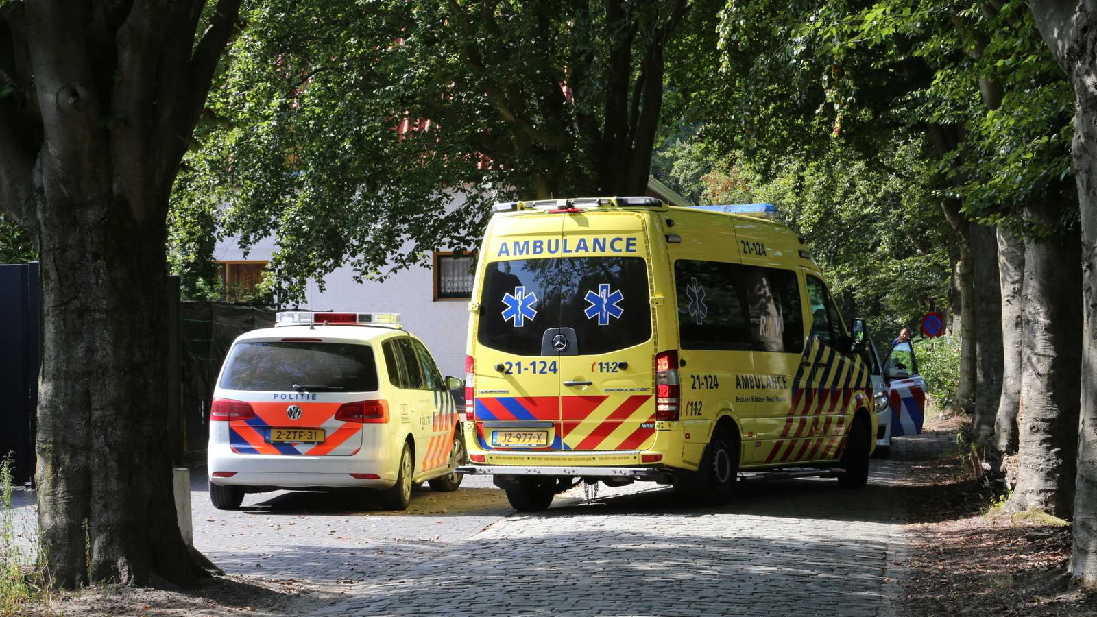 Hulpdiensten in de buurt van de overvallen woning.