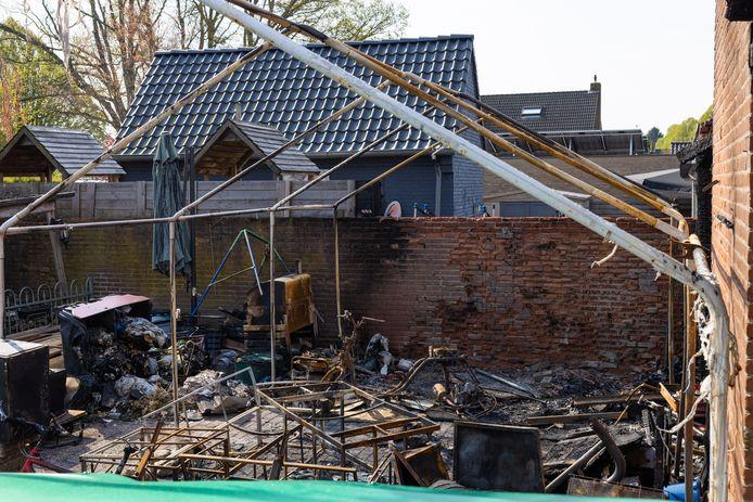 De achtertuin van de afgebrande woning aan de Jorisakkerstraat in Helvoirt.