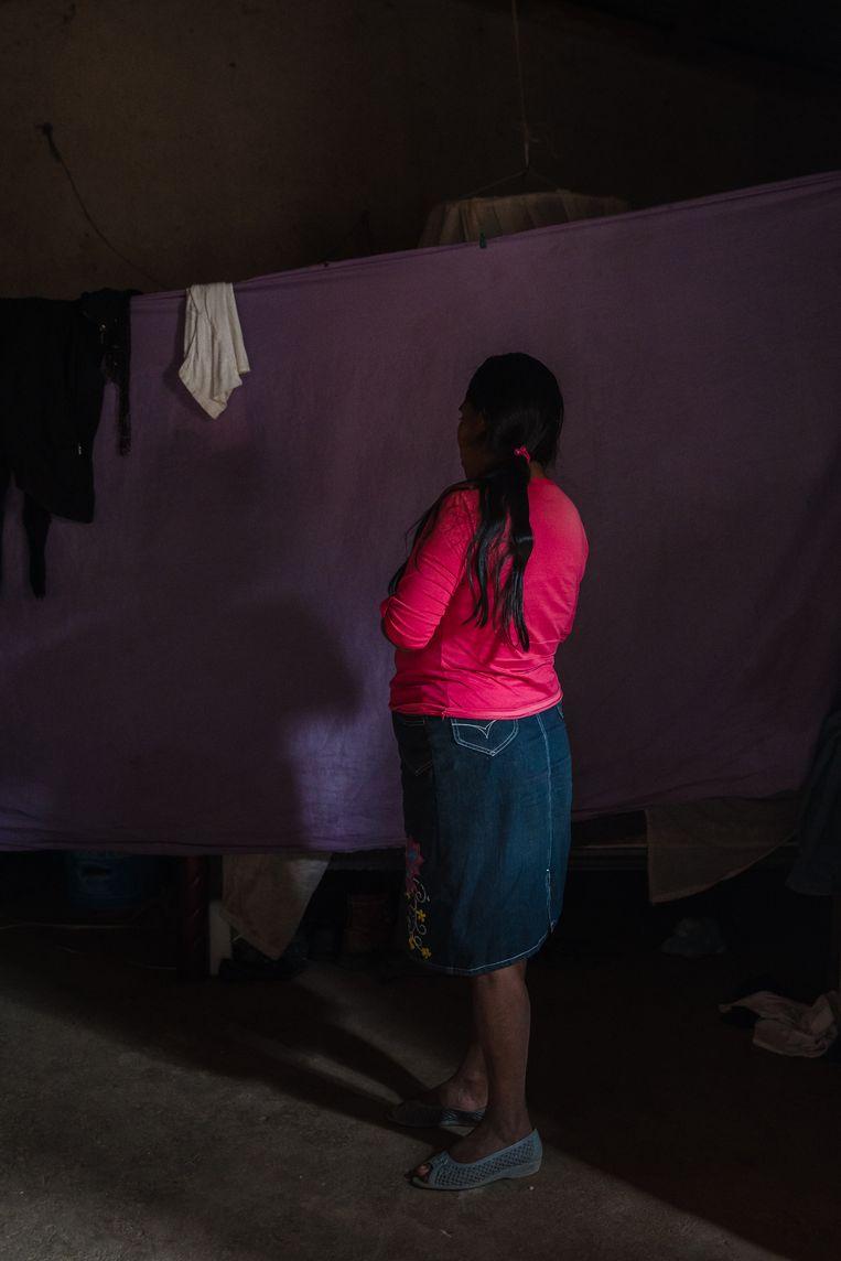 Antonia, weduwe en moeder van Bernaba (12): Natuurlijk vind ik het niet fijn dat hij aan de training meedoet. Ik vrees dat anderen denken dat hij wraak wil nemen voor wat er met zijn vader is gebeurd.' Beeld Ariana Drehsler